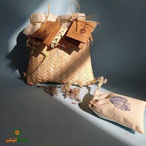 بسته دو کیلویی عسل بهارهی زیرفون سیاه رودبار همراه با ظرف حصیری و دمنوش